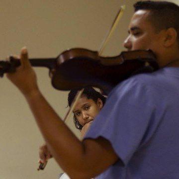 Técnico de enfermagem do Hospital de Acari toca violino para gestantes em trabalho de parto