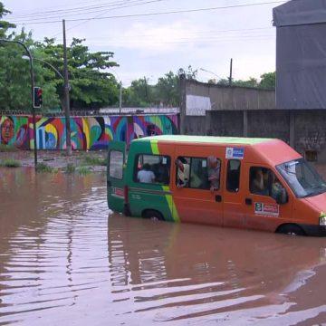 Trens voltam a operar com intervalos regulares no Rio; cidade ainda registra alagamentos e bolsões d'água