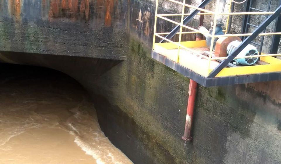Tubulação em Barra do Piraí rompe e prejudica abastecimento de água