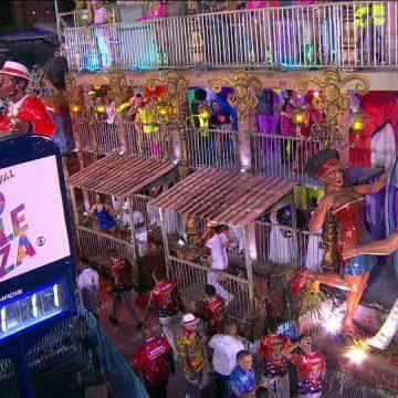 União da Ilha estoura tempo por causa de carro emperrado em desfile sobre favelas