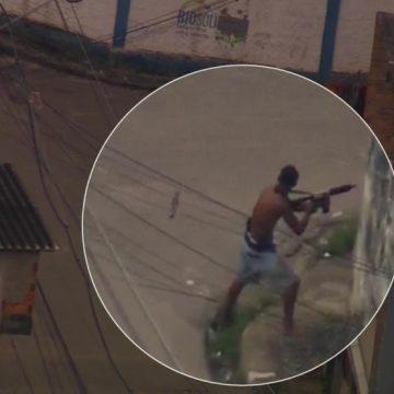 Bandidos armados trocam tiros com PMs na Cidade de Deus; vídeo mostra fuga