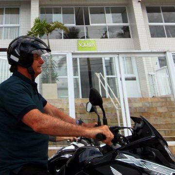 Prefeitura de Guarujá diz que não irá multar Bolsonaro por andar de moto com capacete solto