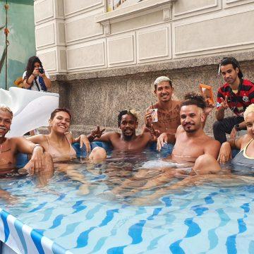 Cabelos descoloridos viram tendência no pré-carnaval do Rio