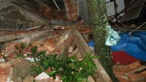 Chuva no Rio: casa desaba em Bangu e van fica ilhada na Pavuna
