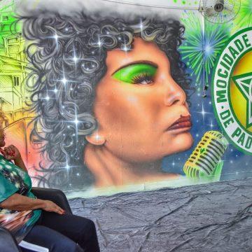 Homenageada pela Mocidade, Elza Soares visita fábrica de alegorias e fantasias da escola