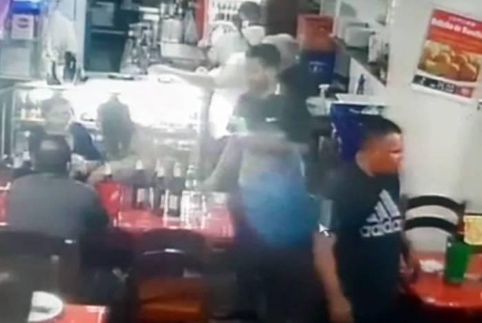 Falso ambulante é flagrado furtando celulares de clientes em bares do Rio