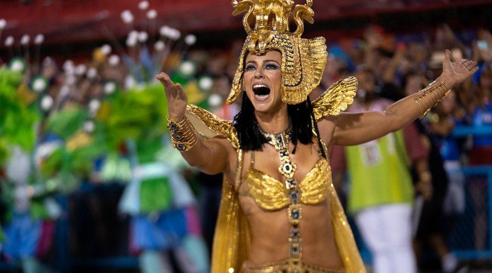 Grande Rio homenageia pai de santo em desfile com Paolla Oliveira e problemas com carros
