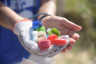 Em meio à crise hídrica, Corona realiza força-tarefa para recolher garrafas plásticas no Rio de Janeiro