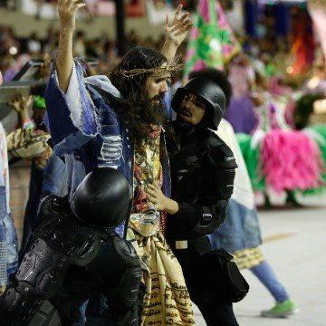 Mangueira defende o título no terceiro desfile da noite, que reconstrói imagem de Cristo