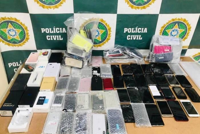 Polícia prende dono de loja que vendia celulares roubados