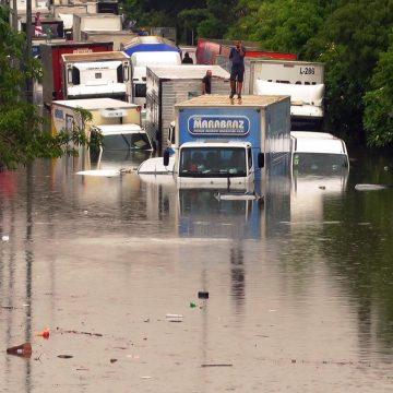 Chuva faz rios transbordarem, causa dezenas de alagamentos e trava São Paulo