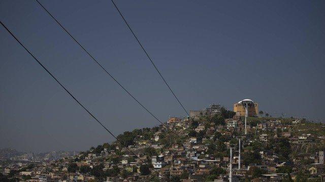 Quadrilha que tomou controle de morro no Rio faz cadastro de moradores