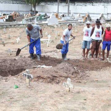 Corpo de homem que se afogou tentando salvar família é enterrado na Zona Norte