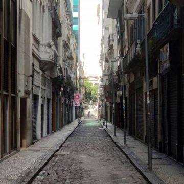 Ruas cariocas ficam vazias com primeiro dia sem comércio