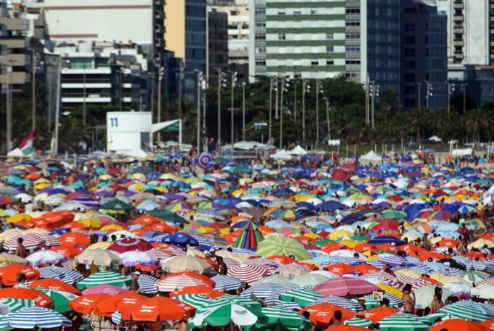 Cariocas continuam indo à praia, mas vendedores apontam redução nas vendas
