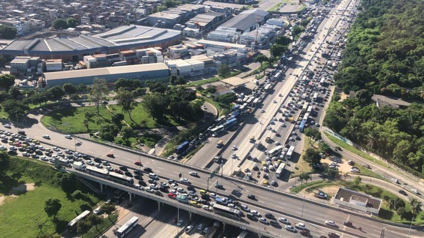 Acidente deixa uma pessoa morta e congestiona Linha Amarela, Zona Norte do Rio