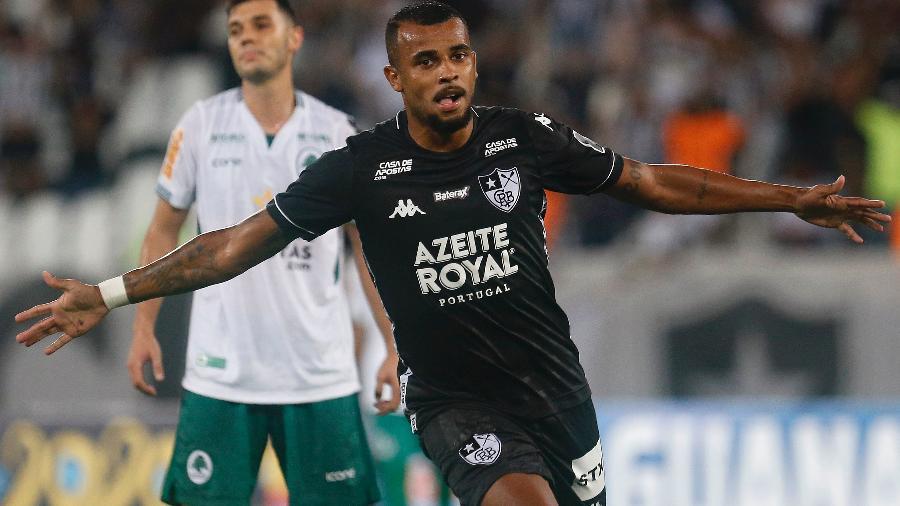 Botafogo vence Boavista nos acréscimos em dia de homenagens a Espinosa
