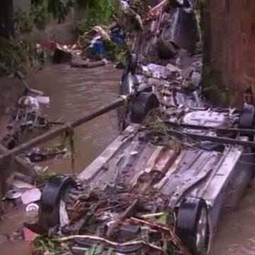 Ao menos 14 carros vão parar em córrego em Realengo após temporal no Rio