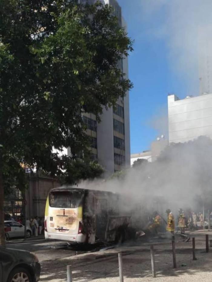Chamas atingem ônibus no Centro do Rio