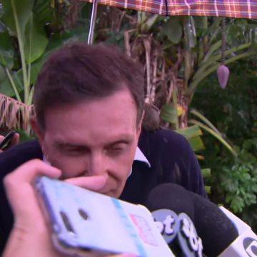 Crivella é atingido por barro durante entrevista em Realengo