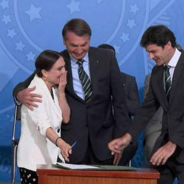 Durante posse, Regina Duarte promete 'passar chapéu' e Bolsonaro fala em valorizar lei Rouanet