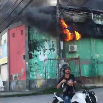 Incêndio atinge galpão em Santa Cruz, na Zona Oeste do Rio