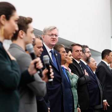 Diplomata brasileiro que acompanhou Bolsonaro nos EUA tem coronavírus, anuncia Embaixada