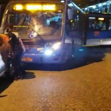 Mulher estaciona carro em pista por onde passa BRT e irrita passageiros em Santa Cruz