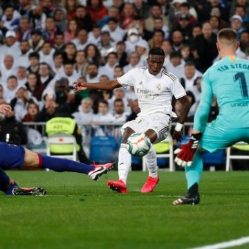 Vinicius Junior brilha na vitória do Real Madrid no clássico contra o Barcelona no Santiago Bernabéu