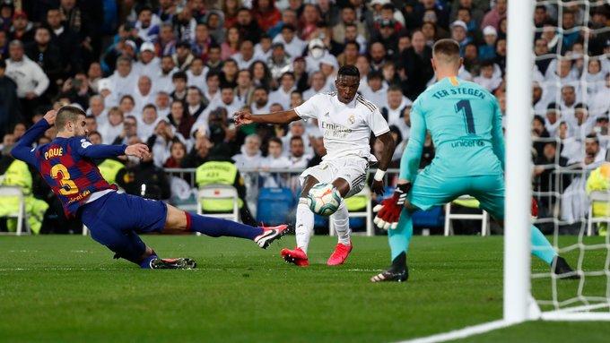 Vinicius Junior brilha na vitória do Real Madrid no clássico contra o Barcelona no Santiago Bernabéu