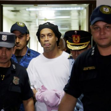 """Juiz nega pedido de prisão domiciliar para Ronaldinho: """"Não podemos correr risco de fuga"""""""