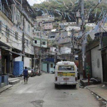 Sem água há 3 meses, moradores do Morro dos Tabajaras fazem represa por conta própria