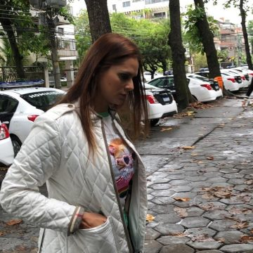 Shanna, sobrinha de contraventor assassinado, chega à Delegacia de Homicídios para depor
