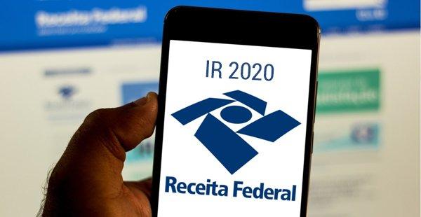 Universitários orientam contribuintes a fazer a declaração do Imposto de Renda no Rio; serviço é gratuito