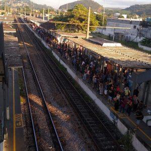 Trens da Supervia voltam a circular após problema na sinalização, mas intervalos ainda estão irregulares