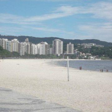 Praia de Icaraí fica vazia no primeiro dia de bloqueio na orla de Niterói