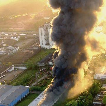 Incêndio atinge galpões em Duque de Caxias