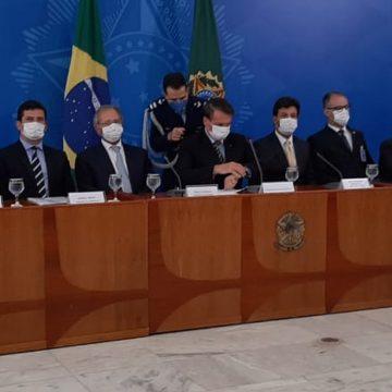 Em entrevista sobre coronavírus, Bolsonaro diz que governo ganha 'de goleada' e pede elogios