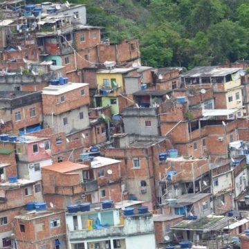 Comunidades do Rio enfrentam problemas de falta de água e alta concentração de pessoas numa só casa