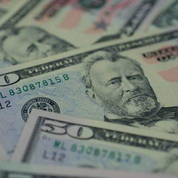 Cotação do dólar na fatura do cartão passa a ser a do dia da compra a partir de hoje