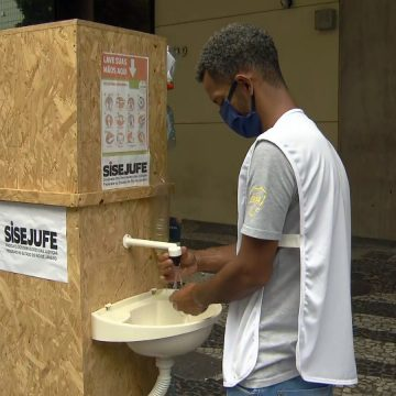 Engenheira do Rio cria pia móvel para que sem-teto e trabalhadores possam lavar as mãos na rua