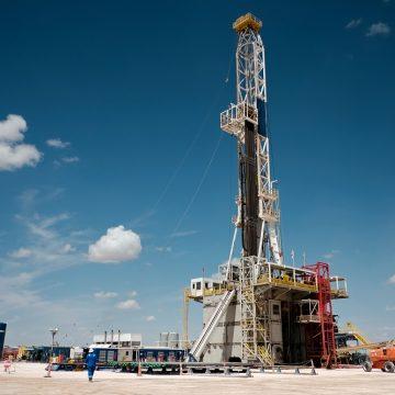 Excesso de estoque faz petróleo americano atingir menor patamar da história