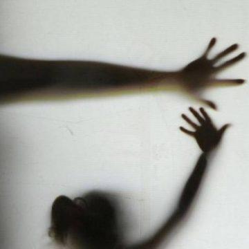 Menino de 7 anos morre após ser espancado dentro de casa; avó é suspeita