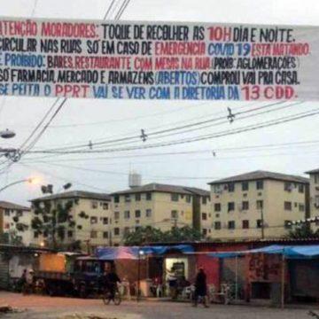 Traficantes da Cidade de Deus penduram faixa proibindo aglomerações por causa do coronavírus