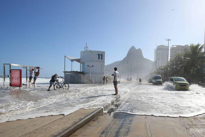 Mar volta a atingir calçadão no Leblon com ondas de mais de 3 metros