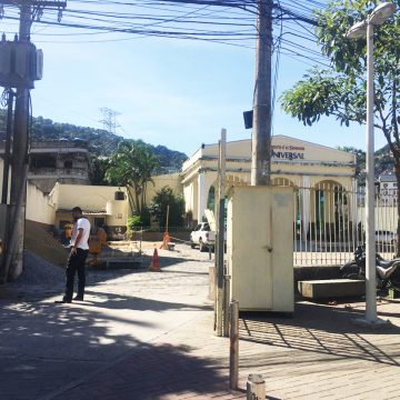 Tomógrafo que seria instalado em unidade de saúde na Rocinha é montado em Igreja Universal
