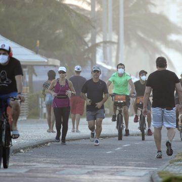 Bairros com mais casos de Covid-19, Barra e Copacabana têm intenso movimento nas praias e no comércio