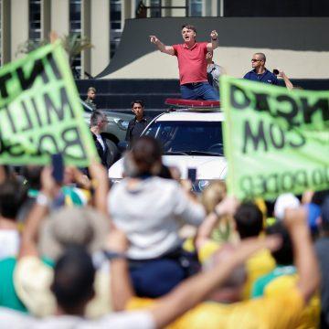 Congresso, STF e governadores criticam Bolsonaro, que se reúne com generais