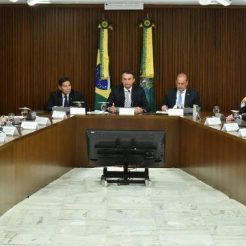 Bolsonaro recebe ministros, Mourão e presidentes de bancos para reunião no Planalto