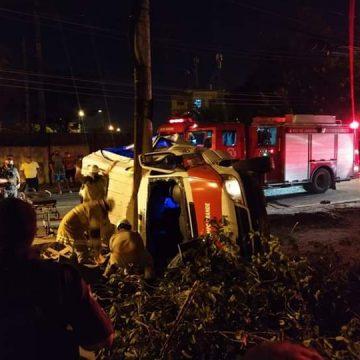 Acidente com van em Campo Grande deixa pelo menos sete pessoas feridas